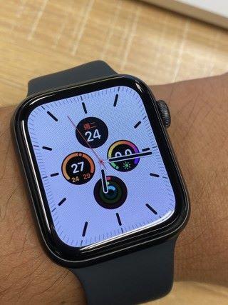 Apple Watch Series 5 在正常情況下的 watchOS 6 錶面「子午線」,背景採用白色,留意是有秒針的。