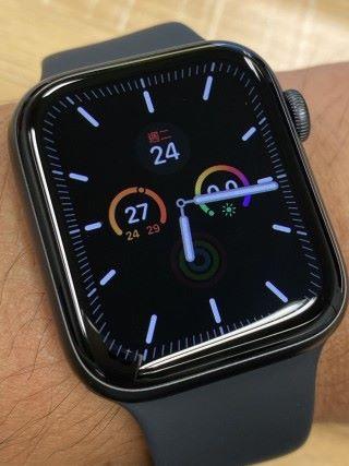 在 15 秒後,會自動進入 Always-on 模式,錶面亮度會降低,改用黑色屏底以省電,另沒有了秒針顯示。