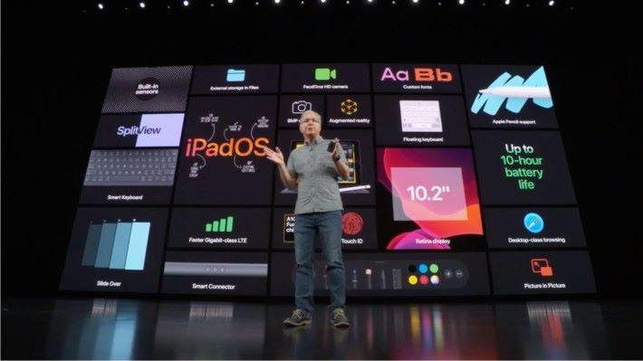 在從 iOS 分拆出來的 iPadOS 13 加持下,第 7 代 iPad 提供分割屏幕、 Slide Over 側邊視窗,自訂字體、浮動式鍵盤、直接剪接影片等。