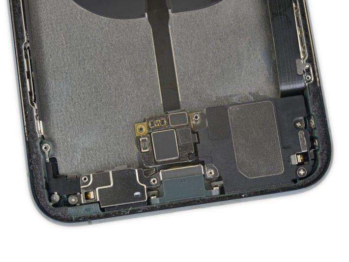 被發現的不明底板,同時連接電池、充電線圈和 Taptic Engine。
