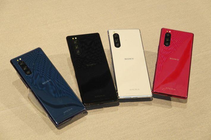 XPERIA 5 備有紅、藍、灰及黑四種顏色選擇。