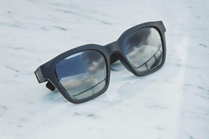 Bose 眼鏡(方款)的深色鏡片可阻擋高達 99% 的 UVA/ UVB 紫外線輻射,外形同一般眼鏡分別不大。