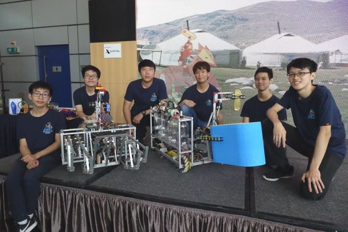 香港代表隊裡負責操控機械人的主要成員,(左起)學生何兆森、張家穎、陳奕青、林振霆、黃裶絪和張錚傑。