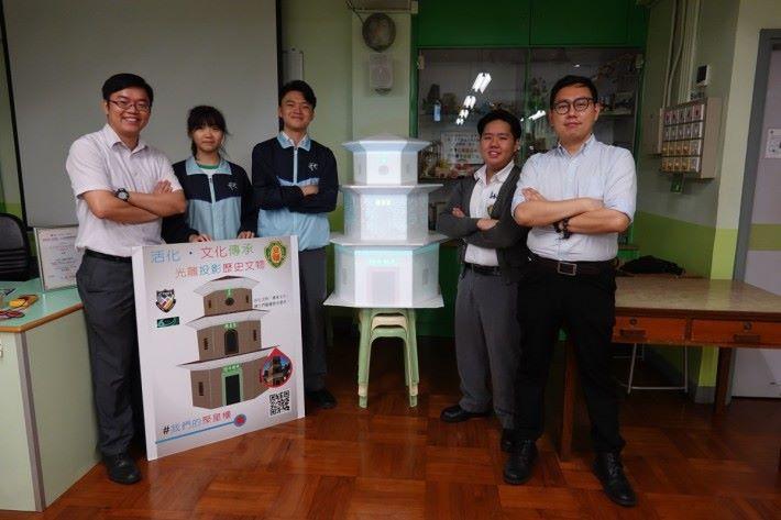 製作光鵰聚星樓作品需要一組人負施其職,主要成員是(左起)教師譚裕雄、學生張楚瑩、楊宇陽、潘建成和教師鄭國威。