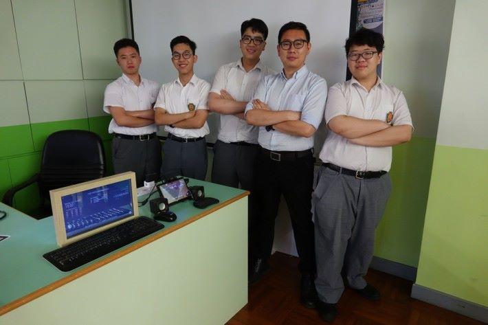 製作智能魔鏡成員,(左起)學生梁恩銘、李嘉洋、潘俊祐、指導教師鄭國威和學生王鍵樂。