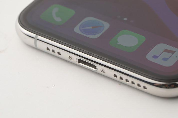 早有傳言今代會轉為 USB-C 插頭,但最終繼續使用 Lightning 介面。