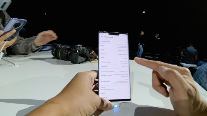 Mate 30 系列運行 Android 10 系統,配合 HAUWEI 自家的 EMUI 10 。