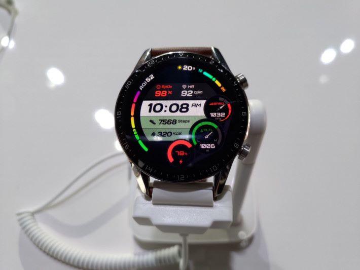 """46mm 的 Watch GT 2 用上 1.39"""" 3D Glass 的圓形 OLED 屏幕,外圈有刻度。"""