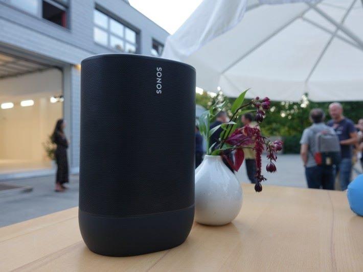 Sonos Move 外型像大一點的 Sonos One,機底有內置充電池,因此機身比 Sonos One 更大。