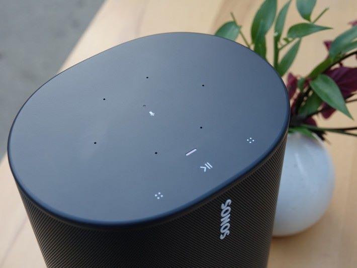 .頂蓋面板有音量和電源觸控,和其他Sonos喇叭一樣,細項調節需透過手機 Sonos App 執行。