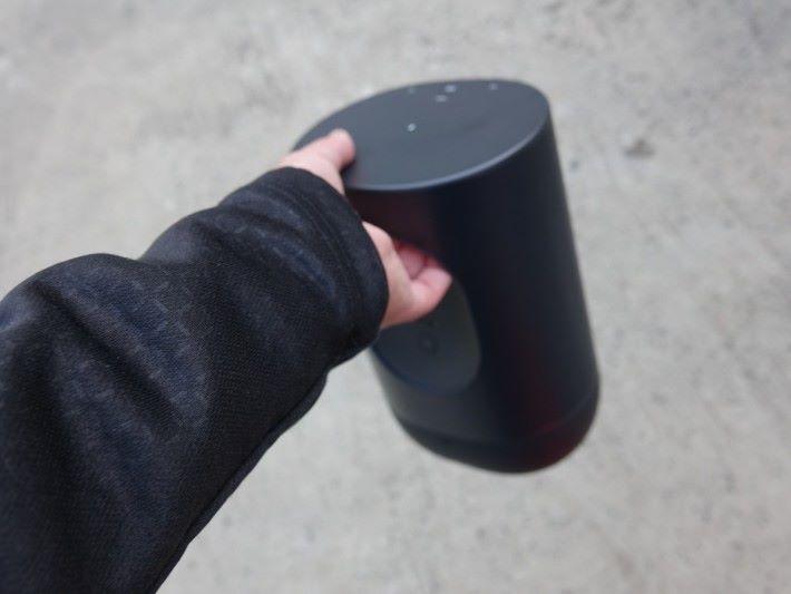.今次 Sonos Move 其中一個設計特色在把手,可以平衝重力單手提起喇叭,不易跌落地。