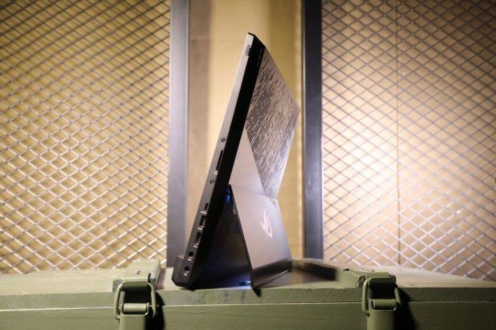 當將機身安置桌上時於機背的支架會自動打開。