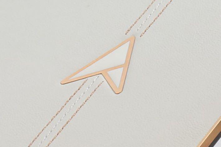 華碩 30 周年設計的紀念 Logo,周邊以 18K 金奈米粒子玫瑰金電鍍而成。