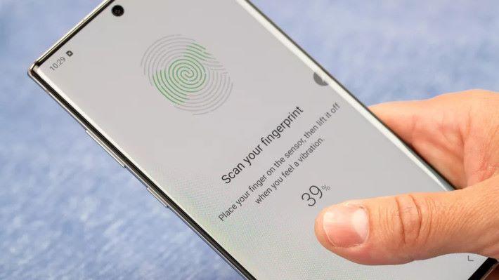 屏下超聲波指紋辨識技術被 Samsung 形容為革命性系統,不過需要配合特製的屏幕保護貼。