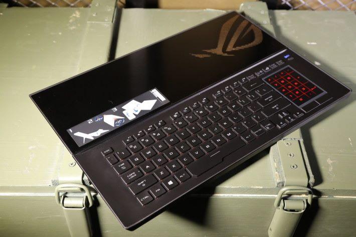 鍵盤平時以半懸空的方式擺放於主機上,亦可分折出來無線使用。