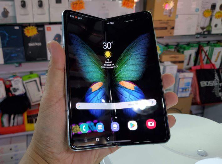 Galaxy Fold 摺起後,屏幕向內。
