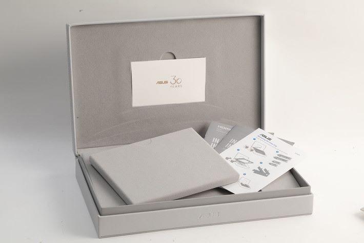 包裝都頗豪華,其中以皮革收納盒來放置 ZenBook Edition 30,更有配件可自行組裝成儲存盒。