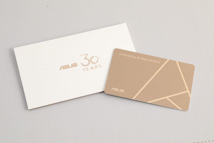 內附一張 ASUS 30 Years 紀念卡,以證獨特身份。