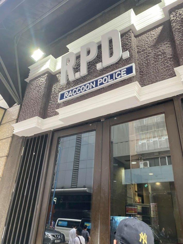 裝潢成遊戲中的拉昆市警局入口。