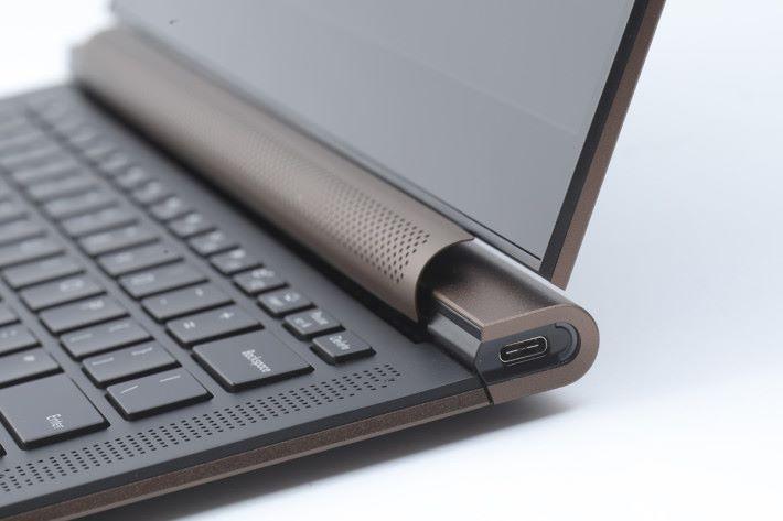 為了遷就機身設計,左右兩邊只各有一個 USB-C 介面。