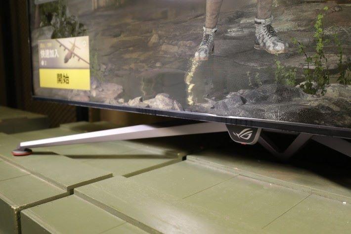 其支架可以穩定支撐住屏幕。