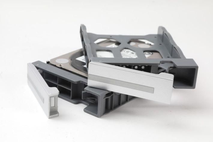 採用 Hot-Swap 熱插拔式硬碟槽。