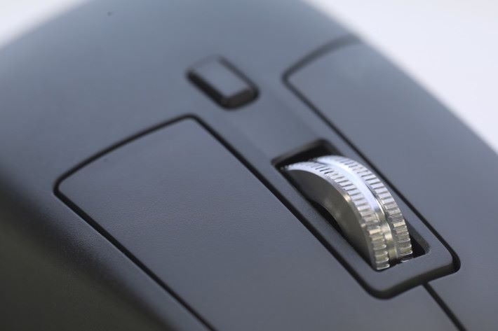 無線滑鼠滾輪以金屬設計,加強質感及耐用程度。
