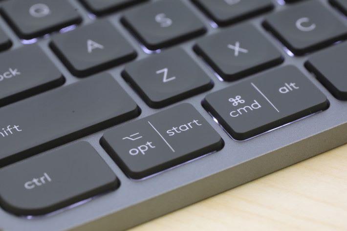 適合 Windows 或 MacOS 用家,所以鍵盤刻上各平台的鍵名,方便操作。
