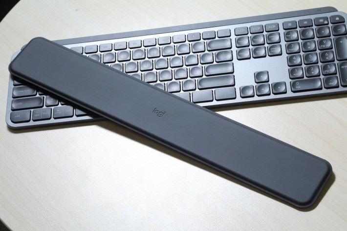 MX Keys 可以另購 Palm Rest 墊使用。