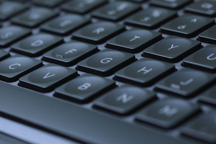 鍵盤按鍵設有凹面設計,貼合手指尖形狀,令輸入更加自然。