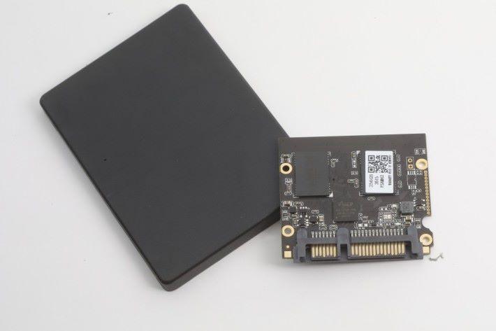是次測試用的 AS2258 256GB BiSC4 工程樣品