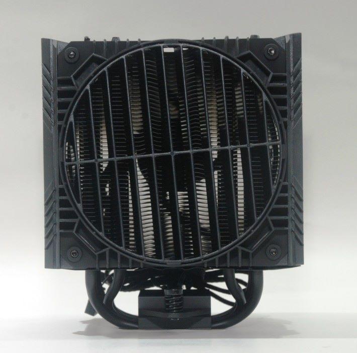 背部採 Rotatable Grill 特別設計,可使廢熱往機箱的風口流出。