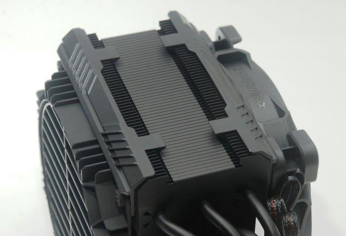 從這可見鰭片之間空隙較小,這是廠方的特別設計。