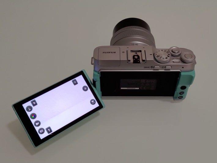 """其 3.5"""" 16:9 高亮度觸控 LCD 可自由旋轉,以便不同角度拍攝,並加入智慧功能表方便操作。"""