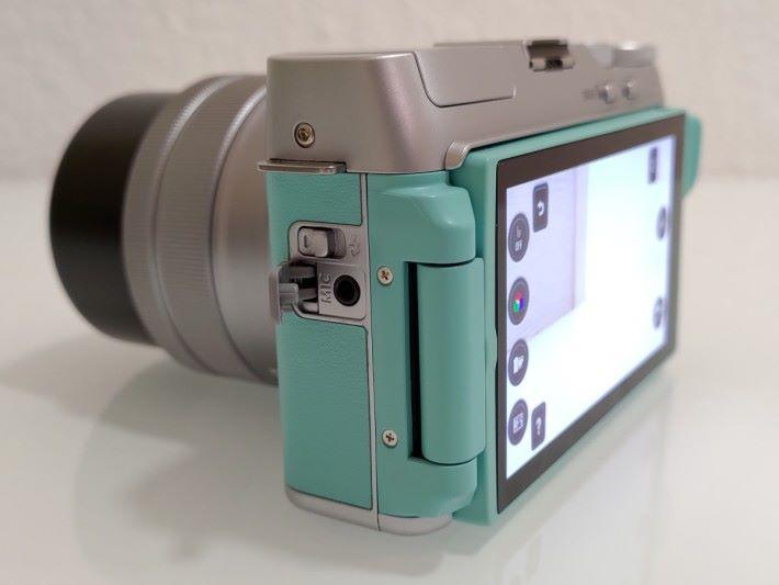 備有 Mic-in 可接駁外置咪高峰,拍片時可有更好收音效果。