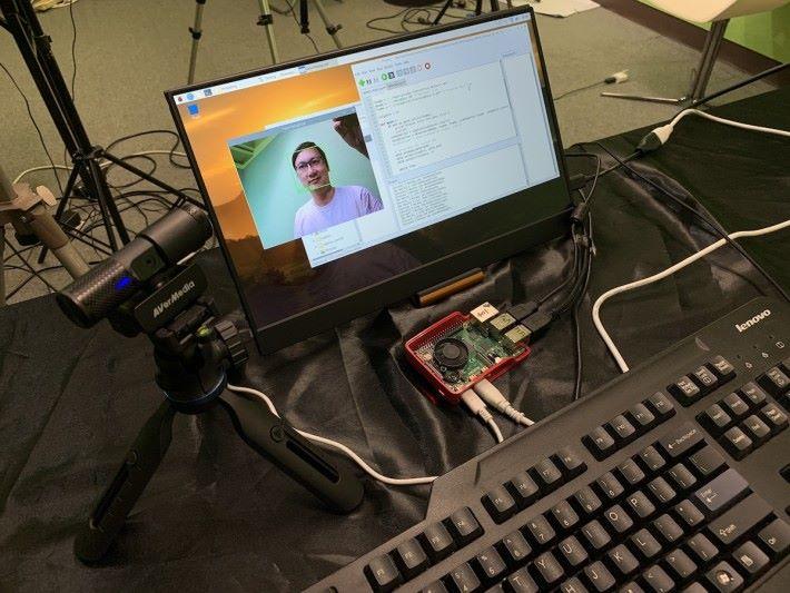 製作這次人臉辨識習作,只需要一部 Raspberry Pi 、一支 USB Web Cam 和一個屏幕就足夠。