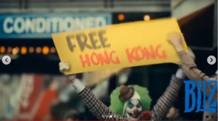 「 Free Hong Kong 」的紙板被「暴雪」將紙板搶走。