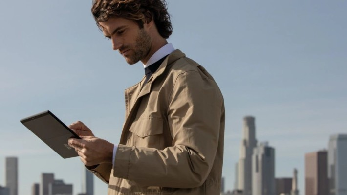 Surface Pro X 備有 nano SIM 卡槽,可以透過 4G LTE 隨時上網。