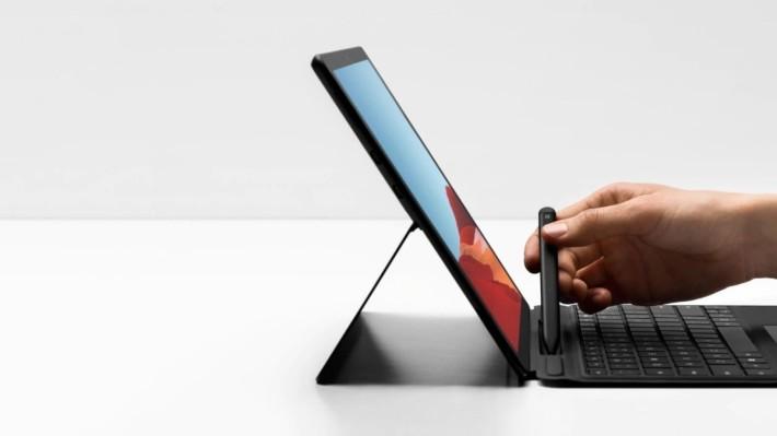 薄身的 Slim Pen 可以收納在專用的 Surface Pro X Signature Keyboard 筆槽裡充電