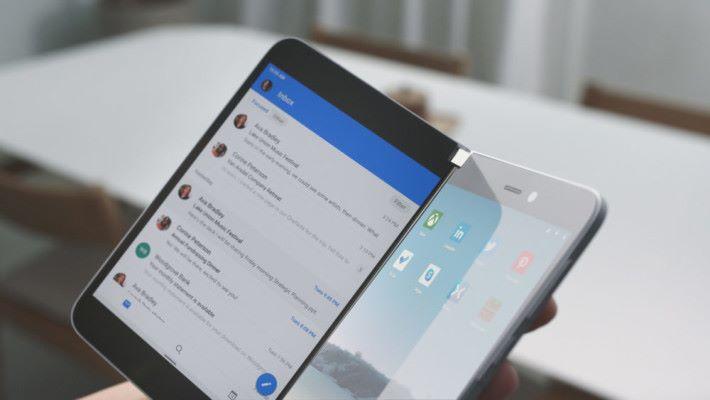 中間設有一支可 360 度轉動的轉軸,兩邊 5.6 吋屏幕令 Surface Duo 可像閱讀書本的方式使用。