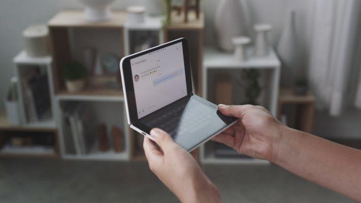 當然也可將其中一個屏幕變成虛擬鍵盤進行輸入。