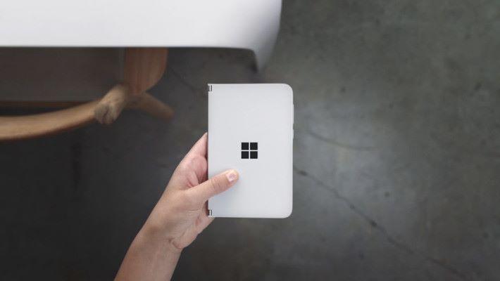 合上後猶如縮小版的 Surface Neo。