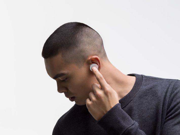 對比現時的真無線耳機,Surface Earbuds 體型的確有點大。