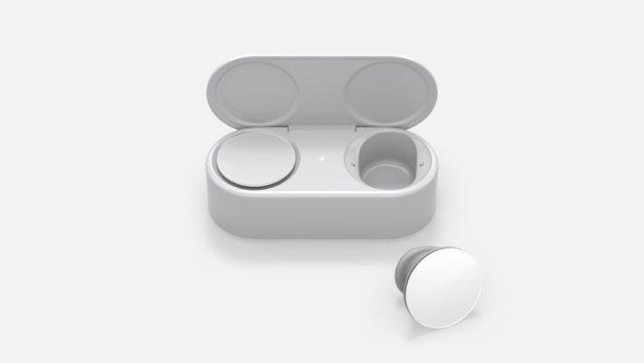 耳機本身有 8 小時使用時間,配合便攜式充電盒可達最多 24 小時使用時間。