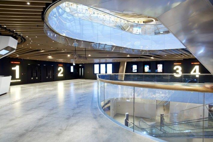 採用自然採用設計,令戲院更光猛開揚