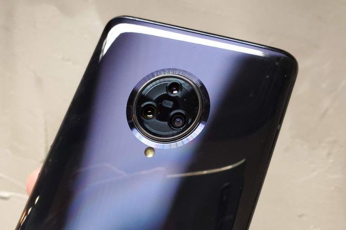 內置 64MP 主鏡、13MP 廣角及 13MP 兩倍光學變焦的 AI 三鏡頭。