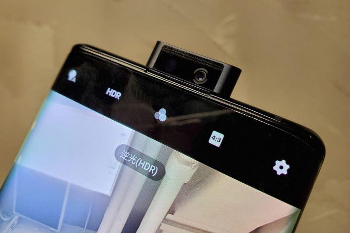 繼續使用升降式前置鏡頭設計,16MP 鏡頭藏於金屬材質的升降機構內,令前鏡更為耐用。