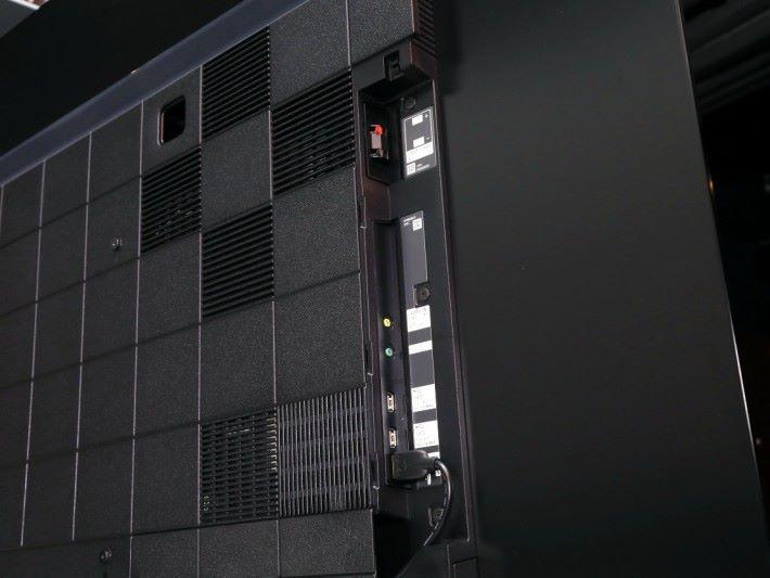 .大部分HDMI和其他接線,可透過側板安裝。