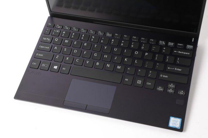 .機身雖小,但鍵盤的空間感卻是十足。