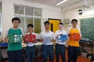 五位學生手上所持的是四社搶答機箱和主機,機箱上的膠片是由鄧凱兒用Lasercutter裁剪膠片和噴油。